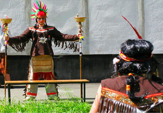 Игровое представление с индейцами